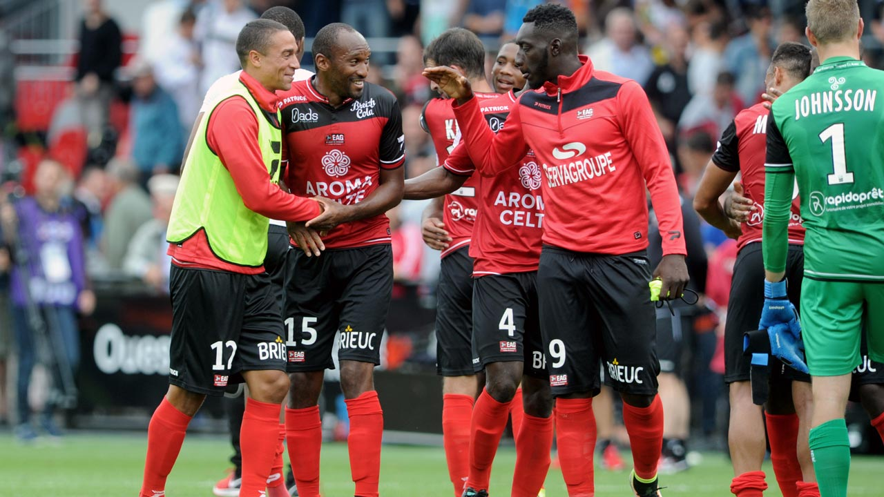 Guingamp's players jubilate at the end of the French L1 football match between Guingamp and Marseille on August 21, 2016 at the Roudourou stadium in Guingamp, western France. FRED TANNEAU / AFP