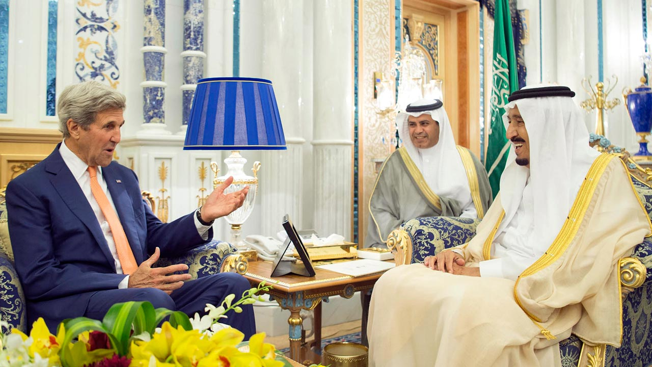 A handout picture released by the Saudi Press Agency shows US Secretary of State John Kerry (L) meeting with Saudi King Salman bin Abdulaziz (R) in Jeddah, on August 25, 2016. Kerry is in Saudi Arabia for talks to push for peace in Yemen after UN-brokered talks collapsed despite global concern over mounting civilian casualties. BANDAR ALGALOUD / SPA / AFP