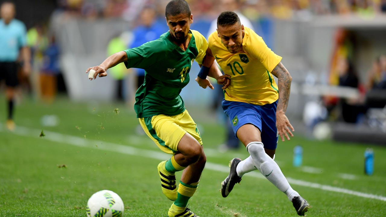 Brazil player Neymar (R) vies for the ball with South Africa player Abbubaker Mobara, during the Rio 2016 Olympic Games First Round Group A men's football match Brazil vs South Africa, at the Mane Garrincha Stadium in Brasilia on August 4, 2016. EVARISTO SA / AFP
