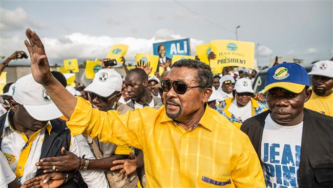 Gabonese opposition candidate Jean Ping greets supporters gathered at a rally in the capital city, Libreville, on the last day of the presidential election campaign on August 26, 2016. (AFP photo)