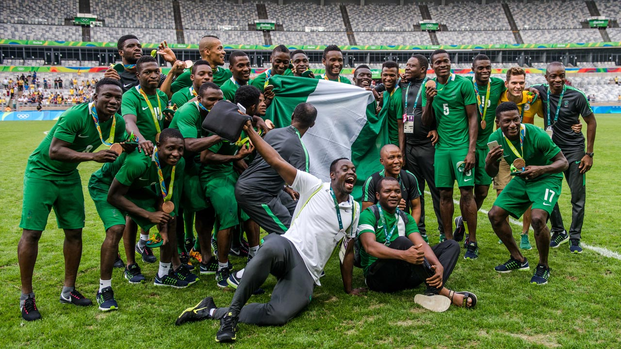 Nigeria's players celebrate after receiving their bronze medals after defeating Honduras in the Rio 2016 Olympic Games men's bronze medal football match at the Mineirao stadium in Belo Horizonte, Brazil, on August 20, 2016. GUSTAVO ANDRADE / AFP