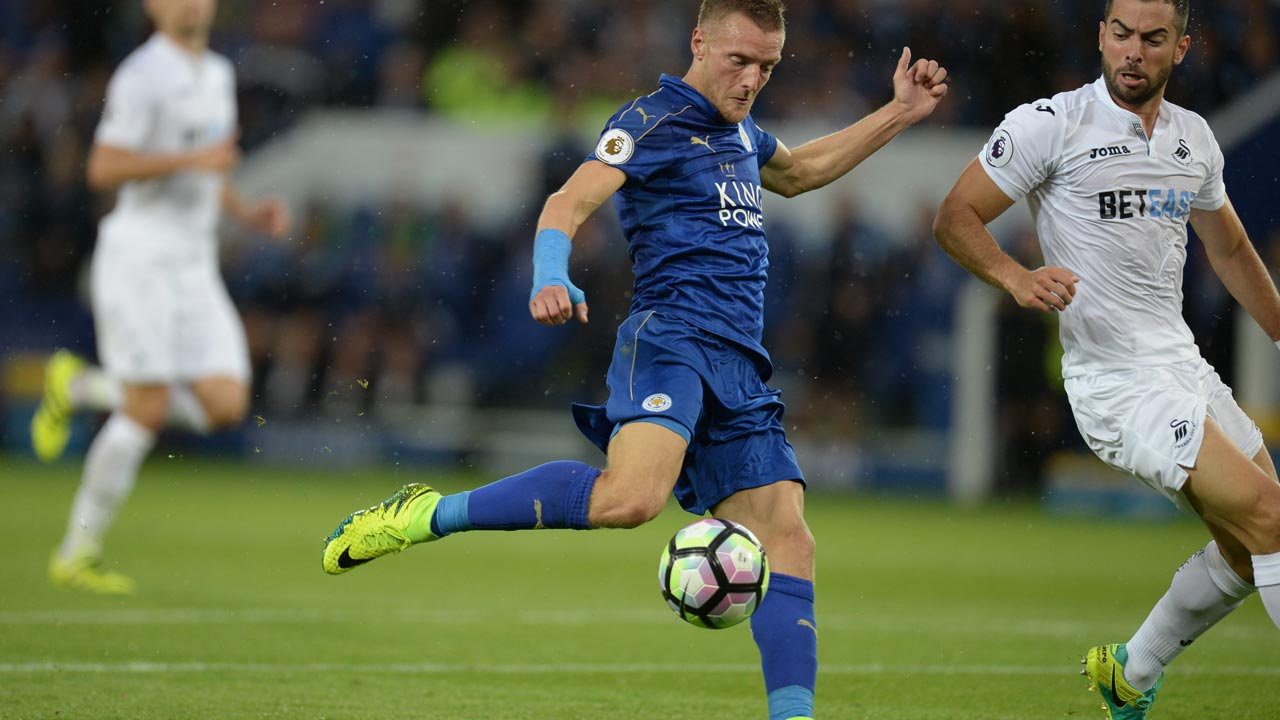 Leicester City's English striker Jamie Vardy (C) shoots and scores during the English Premier League football match between Leicester City and Swansea City at King Power Stadium in Leicester, central England on August 27, 2016. OLI SCARFF / AFP
