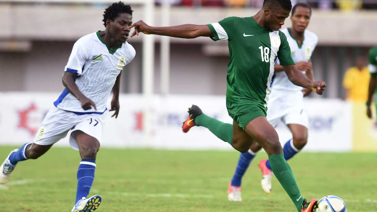 Nigerian forward Kelechi Iheanacho (C) strikes a shot at the goal to earn his team the lone goal victory against Tanzania during the Africa Cup of Nations qualification match in Uyo, Akwa Ibom State, on September 3, 2016.  PIUS UTOMI EKPEI / AFP