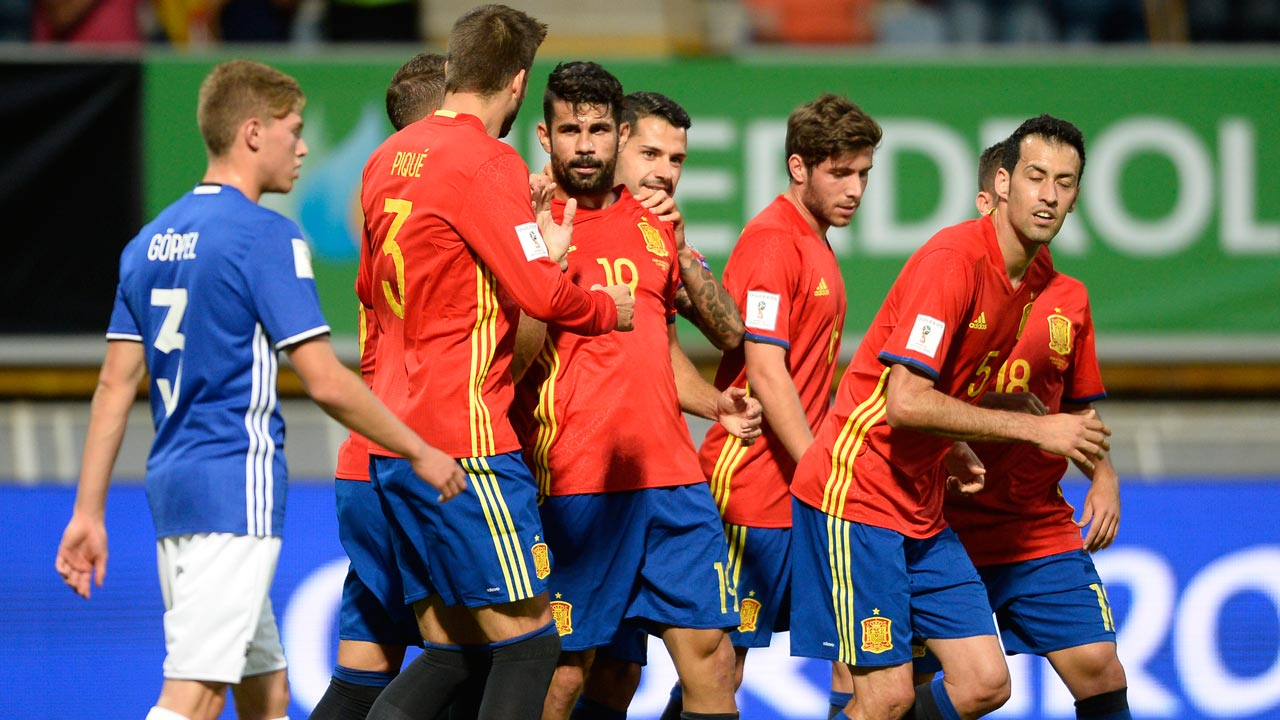 Spain's forward Diego Costa (C) celebrates a goal with teammates during the WC 2018 football qualification match between Spain and Liechtenstein at the Reyno de Leon Stadium in Leon on September 5, 2016. MIGUEL RIOPA / AFP