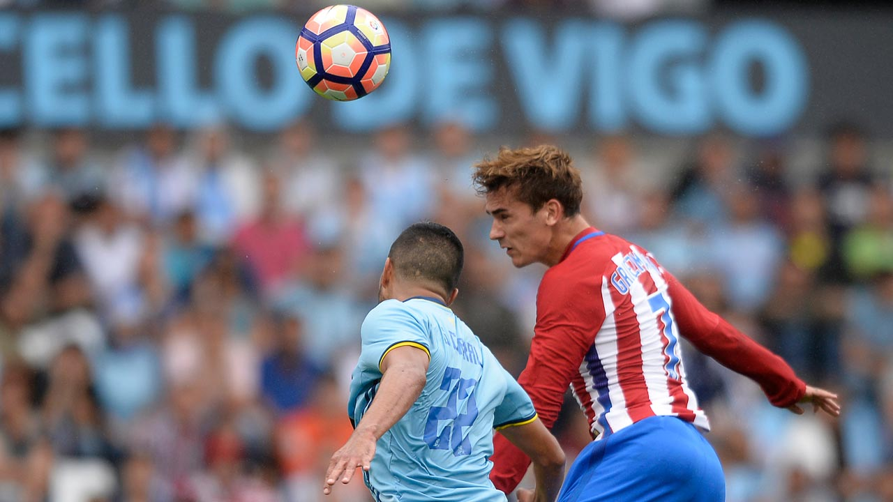 Atletico Madrid's French forward Antoine Griezmann (R) heads the ball to score during the Spanish league football match RC Celta de Vigo vs Club Atletico de Madrid at the Balaidos stadium in Vigo on September 10, 2016. MIGUEL RIOPA / AFP