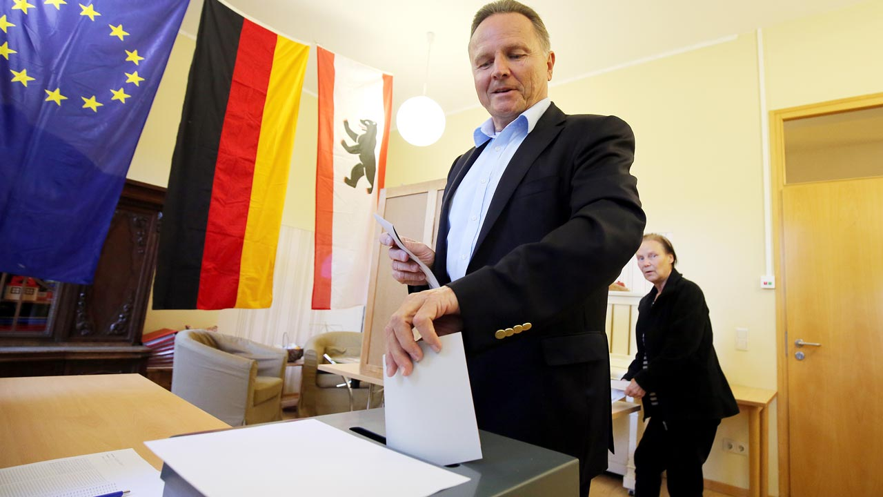 Georg Pazderski, top candidate of the populist AfD (Alternative fuer Deutschland) party, casts his ballot during a regional election on September 18, 2016 in Berlin. Some 2.5 million eligible voters in Berlin will choose both a new city-state parliament and 12 local district assemblies. Wolfgang Kumm / dpa / AFP