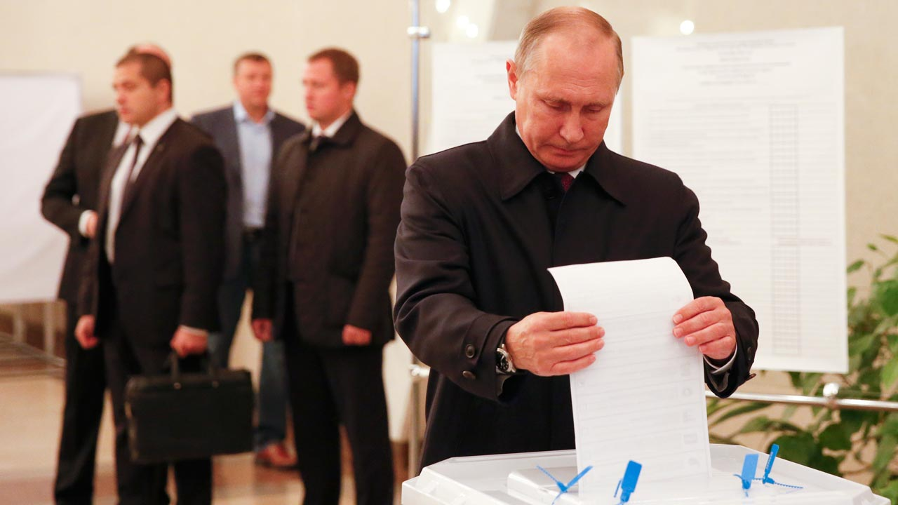 Russian President Vladimir Putin casts his ballot at a polling station during parliamentary elections in Moscow on September 18, 2016. GRIGORY DUKOR / POOL / AFP