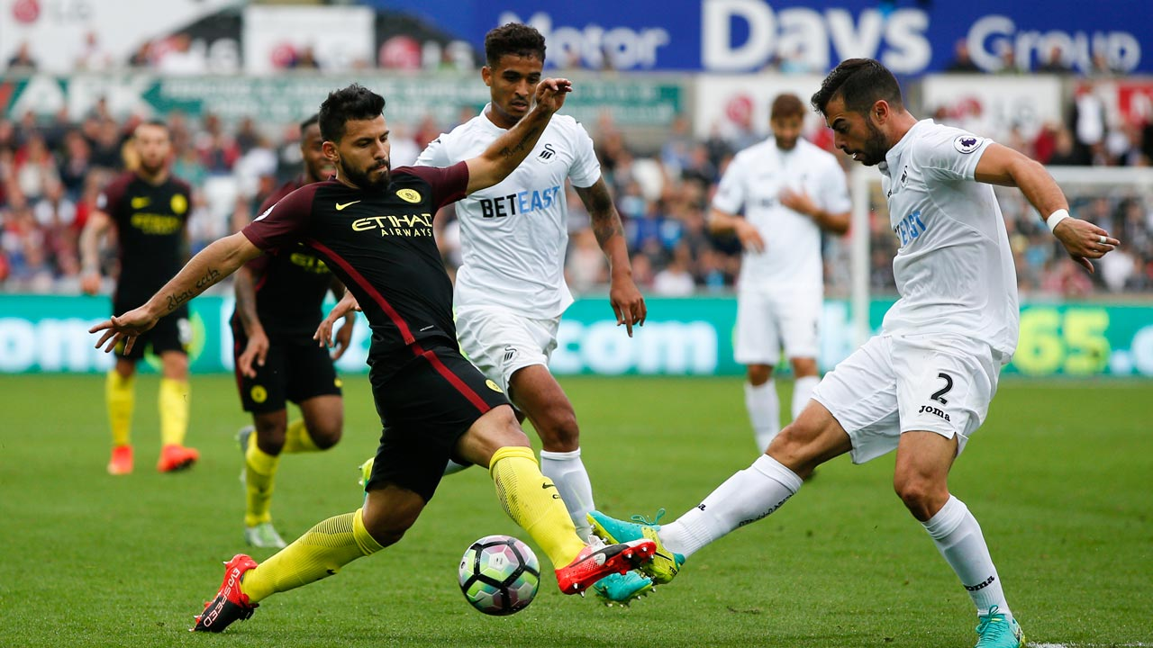 Swansea City's Spanish defender Jordi Amat (R) defends against Manchester City's Argentinian striker Sergio Aguero (L) during the English Premier League football match between Swansea City and Manchester City at The Liberty Stadium in Swansea, south Wales on September 24, 2016. Adrian DENNIS / AFP