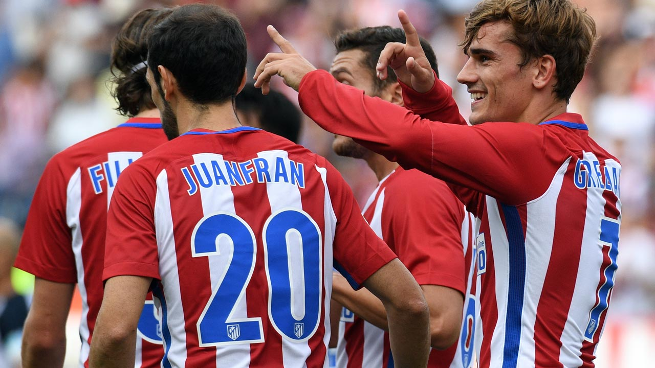 Atletico Madrid's French forward Antoine Griezmann (R) celebrates a goal during the Spanish league football match Club Atletico de Madrid vs RC Deportivo de la Coruna at the Vicente Calderon stadium in Madrid on September 25, 2016. GERARD JULIEN / AFP