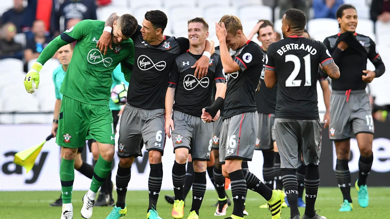 Southampton players celebrate together at the end of the English Premier League football match between West Ham United and Southampton at The London Stadium, in east London on September 25, 2016. Ben STANSALL / AFP
