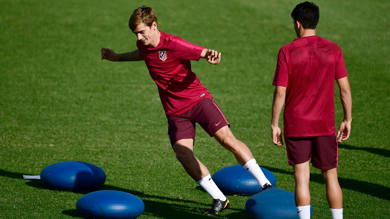 Atletico Madrid's French forward Antoine Griezmann (L) attends a training session at the Football City in Las Rozas near Madrid on September 27, 2016 on the eve of their Champions League football match against Bayern Munich. PIERRE-PHILIPPE MARCOU / AFP