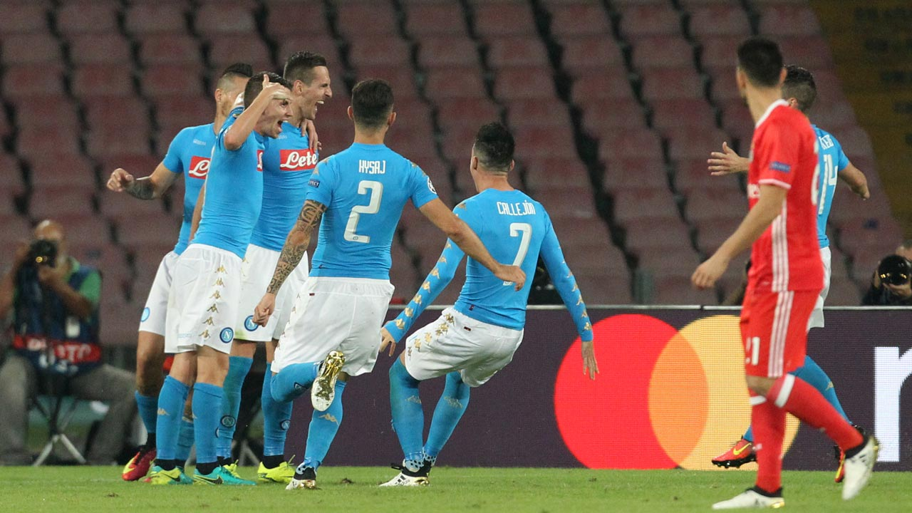 Napoli's forward from Poland Arkadiusz Milik (3rdL) celebrates with teammates after scoring a penalty as Benfica's midfielder Pizzi (R) looks dejected during the UEFA Champions League football match SSC Napoli vs SL Benfica on September 28, 2016 at the San Paolo stadium in Naples. CARLO HERMANN / AFP