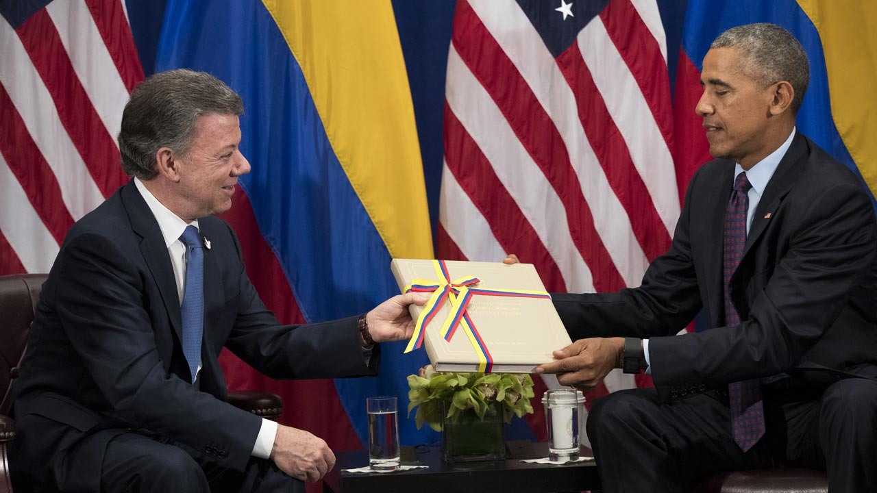 NEW YORK, NEW YORK - SEPTEMBER 21: (L to R) President of Colombia Juan Manuel Santos gives U.S. President Barack Obama a copy of the Colombian peace agreement during bilateral meeting at the Lotte New York Palace Hotel, September 21, 2016 in New York City. In Tuesday's speech to the United Nations General Assembly, Obama stated that 'helping Colombia end Latin America's longest war' was among his major accomplishments as president. Last month, the Colombian government reached a peace agreement with the Revolutionary Armed Forces of Colombia (FARC). Drew Angerer/Getty Images/AFP Drew Angerer / GETTY IMAGES NORTH AMERICA / AFP