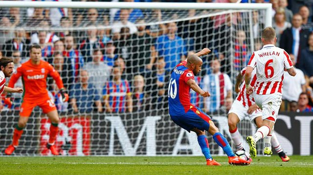 Andros Townsend curls home Crystal Palace's fourth goal from the edge of the penalty area in his side's 4-1 win. Photograph: Peter Cziborra/Reuters