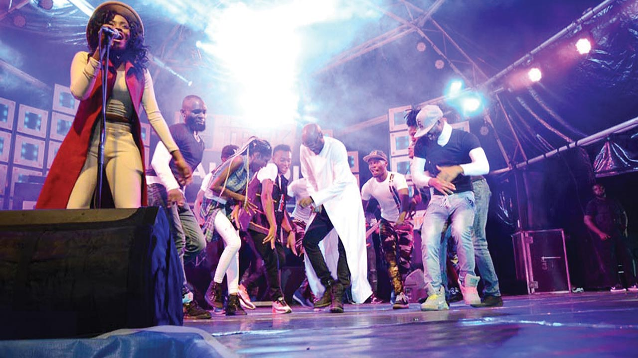 2Baba (middle) performing with his dancers at the Star Music Trek, Makurdi