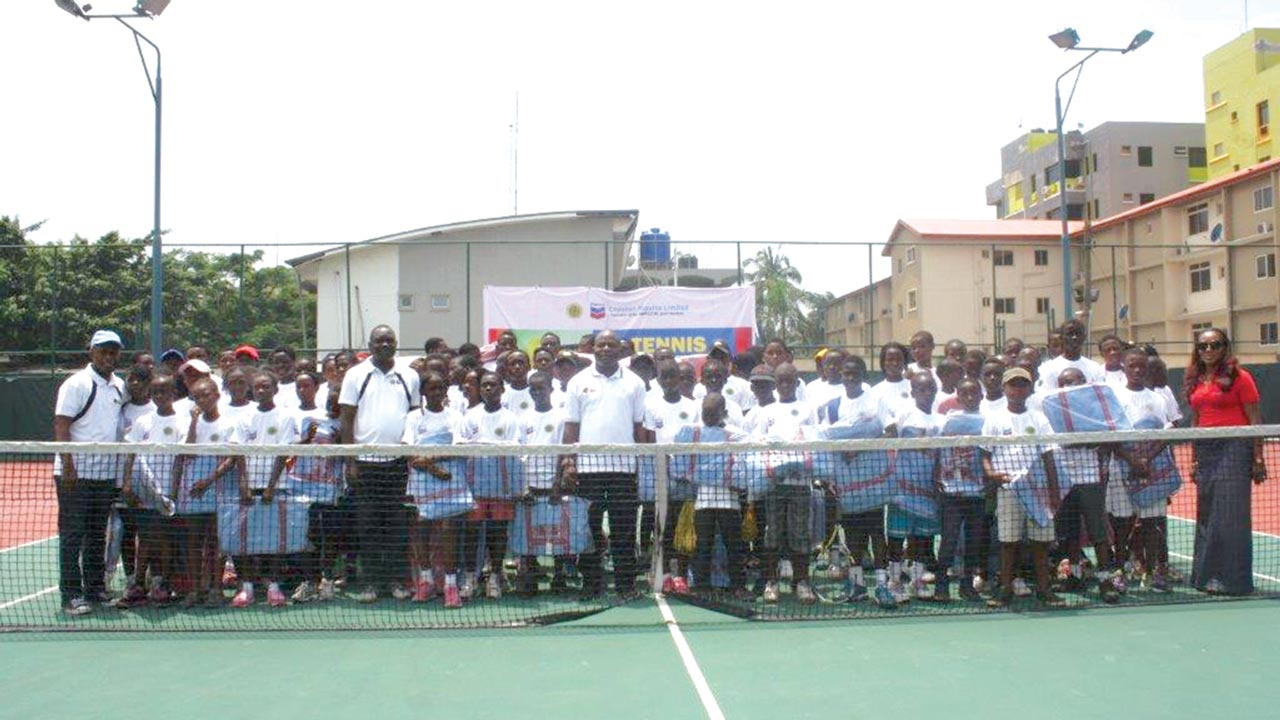 The aspiring stars and Chevron Nigeria officials at the end of the junior tennis clinic in Lagos…recently.