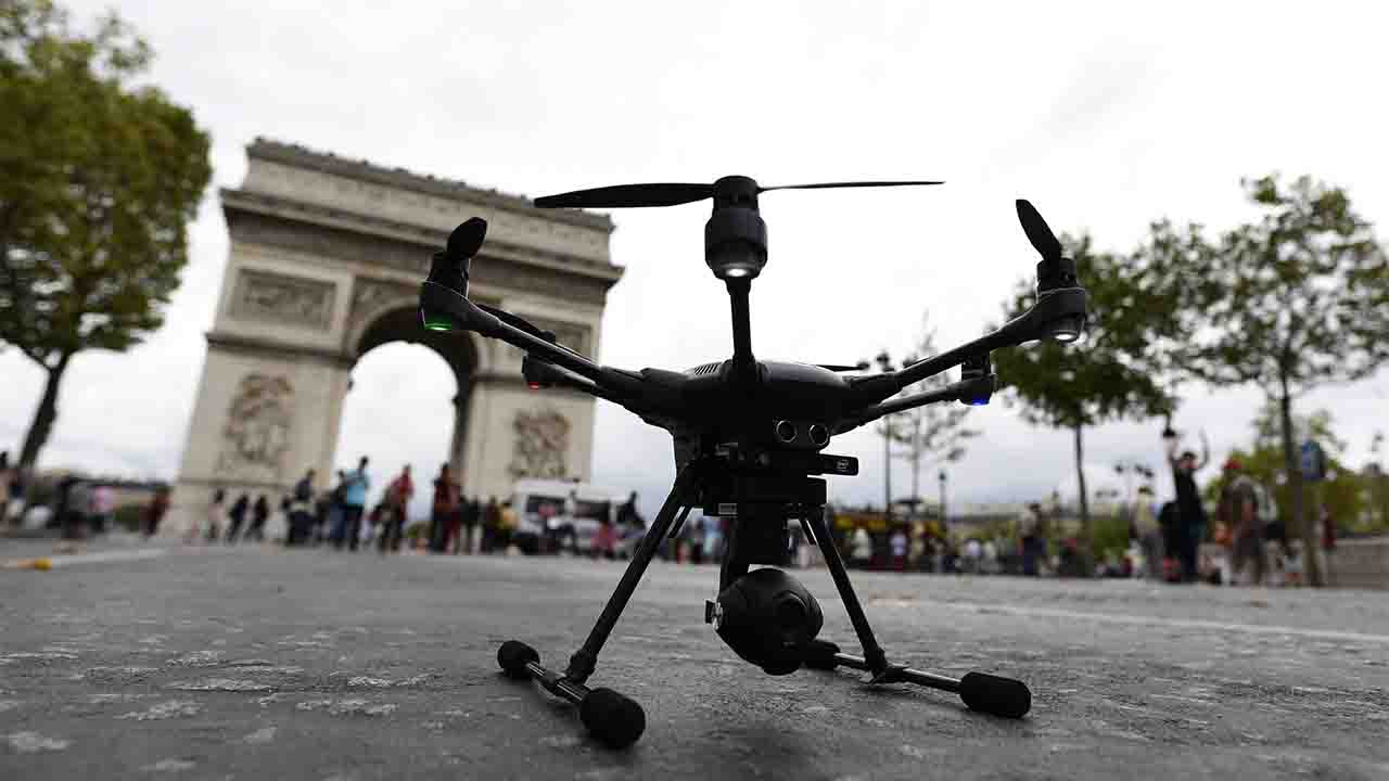 A drone is pictured during the 2016 Paris Drone Festival on the Champs-Elysees avenue in Paris on September 4, 2016. / AFP PHOTO / MIGUEL MEDINA