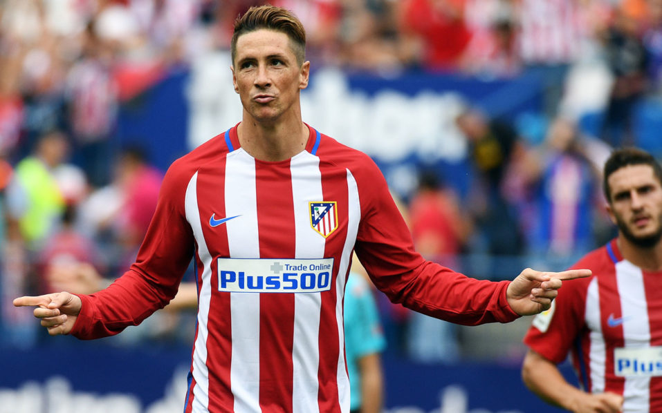 Atletico Madrid's forward Fernando Torres celebrates after scoring a penalty during the Spanish league football match Club Atletico de Madrid vs Real Sporting de Gijon at the Vicente Calderon stadium in Madrid on September 17, 2016. / AFP PHOTO / GERARD JULIEN