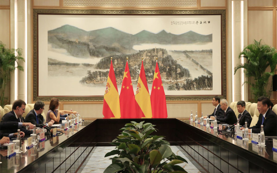 Spain's Prime Minister Mariano Rajoy (L) listens to China's President Xi Jinping (R) during their meeting on the sidelines of the G20 Summit at the West Lake State Guest House in Hangzhou on September 5, 2016. G20 leaders confront a sluggish global economy and the winds of populism as they open annual talks, but the long war in Syria and the South China Sea territorial dispute hang over the summit. / AFP PHOTO / POOL / HOW HWEE YOUNG