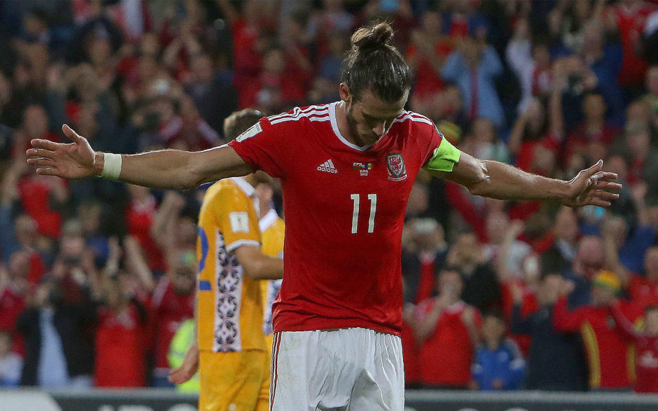 Wales' forward Gareth Bale celebrates scoring his team's fourth goal from the penalty spot during the World Cup 2018 football qualification match between Wales and Moldova at Cardiff City Stadium in Cardif, south Wales, on September 5, 2016. Wales won their group D match 4-0. / AFP PHOTO / GEOFF CADDICK