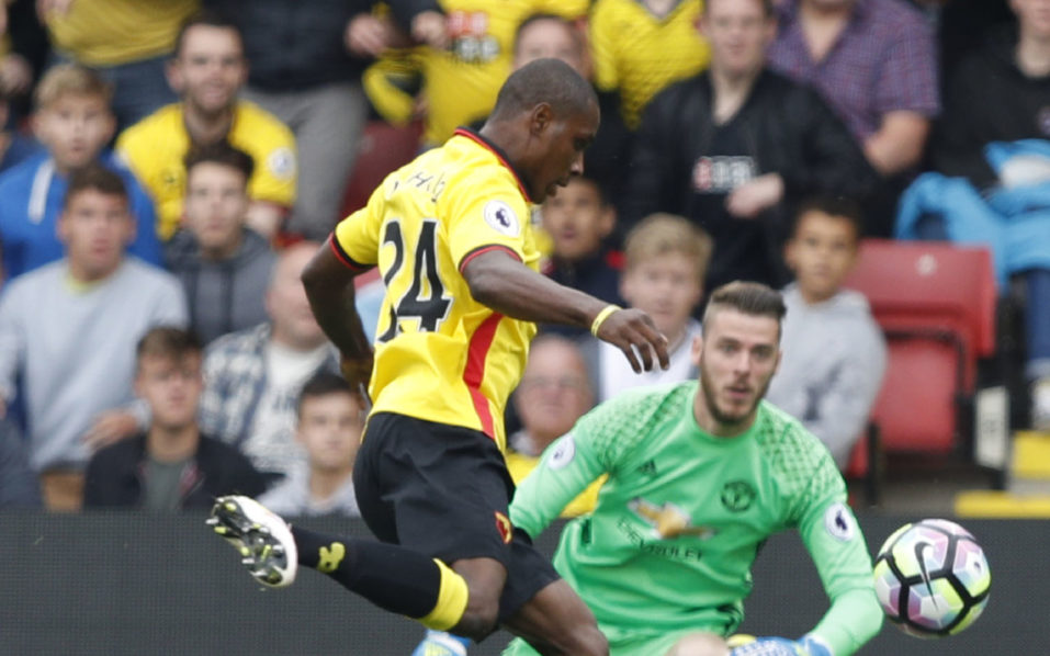 Watford's Nigerian striker Odion Ighalo (R) misses an open goal by Manchester United's Spanish goalkeeper David de Gea during the English Premier League football match between Watford and Manchester United at Vicarage Road Stadium in Watford, north of London on September 18, 2016. / AFP PHOTO / Adrian DENNIS /