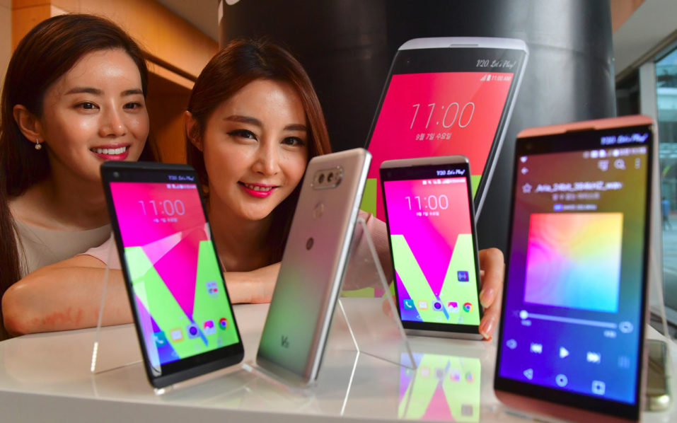 South Korean models pose with LG's new premium smartphone V20 during a launch event in Seoul on September 7, 2016. LG Electronics unveiled its new V20 premium smartphone which features improved audio functions and dual-lens rear cameras.  / AFP PHOTO / JUNG YEON-JE
