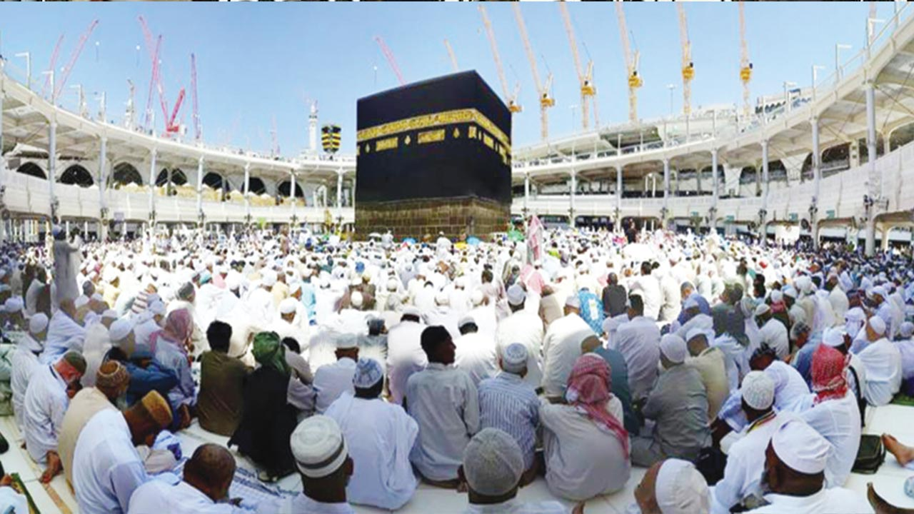 Pilgrims observing Jumat prayer at Haram in Makkah.