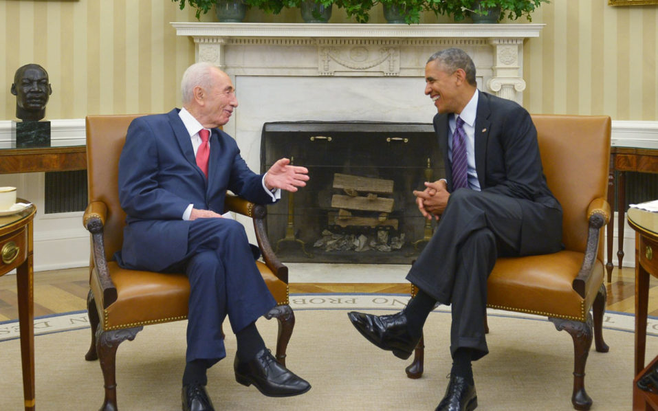 (FILES) This file photo taken on June 25, 2014 shows US President Barack Obama meeting with Israeli President Shimon Peres in the Oval Office of the White House in Washington, DC. Israeli ex-president and Nobel Peace Prize winner Shimon Peres died on September 28, 2016, his personal doctor told AFP, some two weeks after suffering a major stroke. / AFP PHOTO / MANDEL NGAN