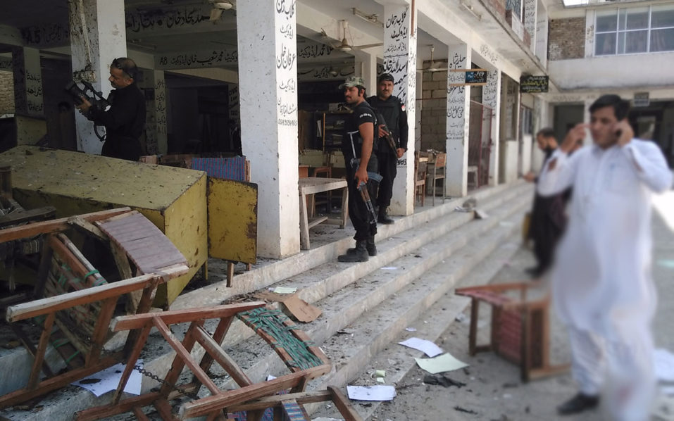 Pakistani police officials inspect the site of a suicide bomb attack at a district court in Mardan on September 2, 2016.  At least 11 people have been killed and up to 40 wounded after a suicide bomber attacked a court in the Pakistani city of Mardan on September 2, police said, the latest assault targeting Pakistan's legal community. / AFP PHOTO / A MAJEED
