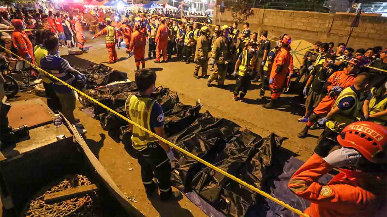 Rescue workers gather bags containing dead bodies of victims of an explosion at a night market in Davao City in southern island of Mindanao early September 3, 2016.  Philippine President Rodrigo Duterte branded the bombing of a night market in his home town that killed at least 14 people an act of terrorism, and announced extra powers for the military to combat the threat. / AFP PHOTO / MANMAN DEJETO