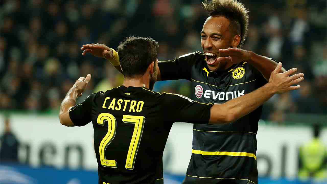Dortmund's Gabonese forward Pierre-Emerick Aubameyang (R) and  Dortmund's midfielder Gonzalo Castro celebrate during the German first division Bundesliga football match between VfL Wolfsburg and Borussia Dortmund at Volkswagen Arena in Wolfsburg, central Germany, on September 20, 2016. / AFP PHOTO / Odd ANDERSEN / RESTRICTIONS: DURING MATCH TIME: DFL RULES TO LIMIT THE ONLINE USAGE TO 15 PICTURES PER MATCH AND FORBID IMAGE SEQUENCES TO SIMULATE VIDEO. == RESTRICTED TO EDITORIAL USE == FOR FURTHER QUERIES PLEASE CONTACT DFL DIRECTLY AT + 49 69 650050