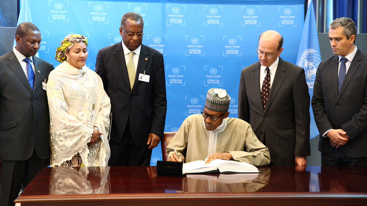 President Muhammadu Buhari  signed the Paris Agreement on Climate Change, on the sidelines of the UN General Assembly in New York.  PHOTO: TWITTER/ PRESIDENCY NIGERIA