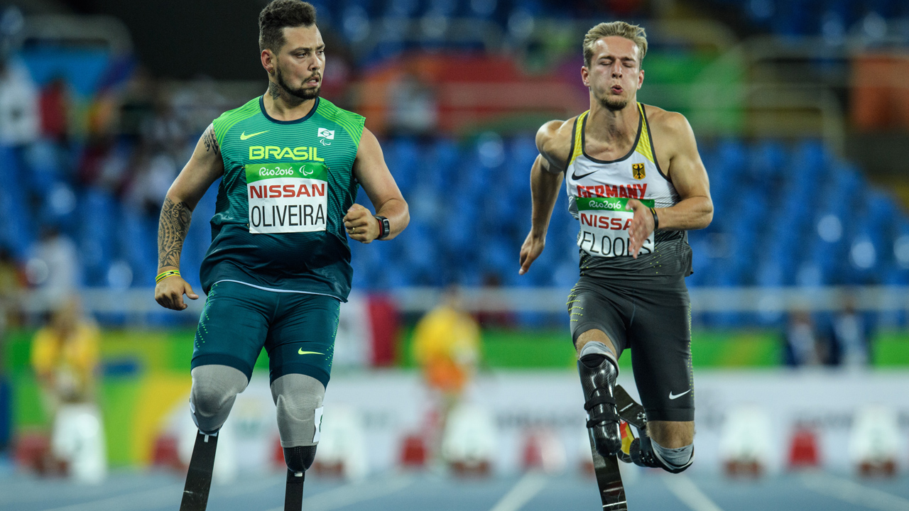 Brazil's Alan Fonteles Cardoso Oliveira (L) and Germany's Johannes Floors compete during a heat of men's 100 m (T44) of the Rio 2016 Paralympic Games at Olympic Stadium in Rio de Janeiro on September 8, 2016. PHOTO: AFP/YASUYOSHI CHIBA