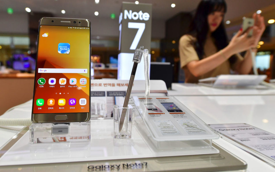 A woman tests a Samsung Galaxy Note7 smartphone at a Samsung showroom in Seoul on September 2, 2016. Samsung will suspend sales of its latest high-end smartphone Galaxy Note 7 after reports of exploding batteries, its mobile chief said on September 2.  / AFP PHOTO / JUNG YEON-JE