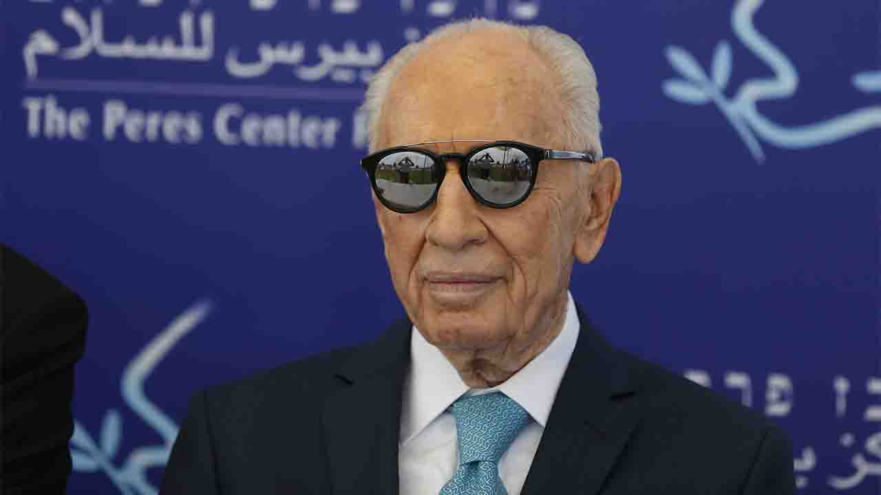 """(FILES) This file photo taken on May 9, 2016 shows former Israeli president Shimon Peres during the opening of the """"Mini World Cup for Peace"""" football event at the Herzlyia stadium, in the Israeli city of Herzlyia near Tel Aviv. Israeli former president Shimon Peres, a Nobel Peace Prize laureate, suffered a stroke on September 13, 2016 and was hospitalised, the office of the 93-year-old said. Peres was admitted to Sheba Medical Centre at Tel HaShomer near Tel Aviv """"after suffering a stroke,"""" his office said in a statement. / AFP PHOTO / AHMAD GHARABLI"""