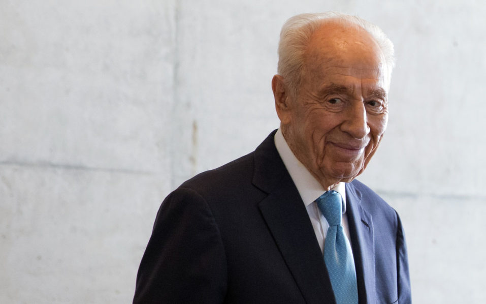 A picture taken on May 22, 2016 shows Israeli President Shimon Peres welcoming the French prime minister before at the Peres Centre for Peace in the Israeli coastal city of Tel Aviv. Israeli ex-president and Nobel Peace Prize winner Shimon Peres died on September 28, 2016 some two weeks after suffering a major stroke, triggering an outpouring of grief for the beloved elder statesman / AFP PHOTO / JACK GUEZ