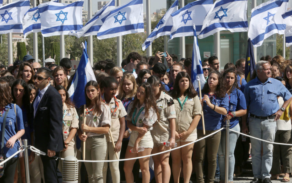 Israelis line up before paying their respect in front of the coffin of former Israeli president Shimon Peres at a plaza outside the Knesset, Israel's Parliament, on September 29, 2016 in Jerusalem.  Israeli leaders and crowds of mourners are gathering outside parliament to pay last respects to ex-president and Nobel Peace Prize winner Shimon Peres, whose body is lying in state. / AFP PHOTO / MENAHEM KAHANA