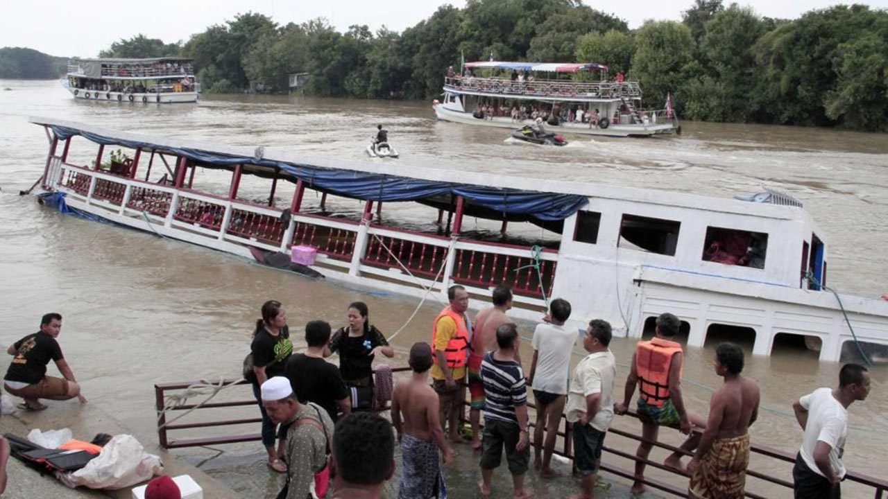 At least 13 people were killed on Sunday when a boat crowded with passengers sank on Thailand's Chao Phraya river after hitting a bridge, an emergency response official said. PHOTO : AFP