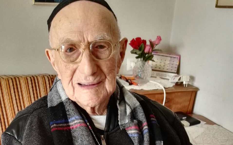 (FILES) This file photo taken on January 21, 2016 shows Yisrael Kristal, the world's oldest man, sitting in his home in the Israeli city of Haifa. Kristal, who survived the holocaust, turned 113 years old on September 15, 2016. His family say he was born in Poland on September 15, 1903, three months before the Wright brothers took the first aeroplane flight.   / AFP PHOTO / SHULA KOPERSHTOUK