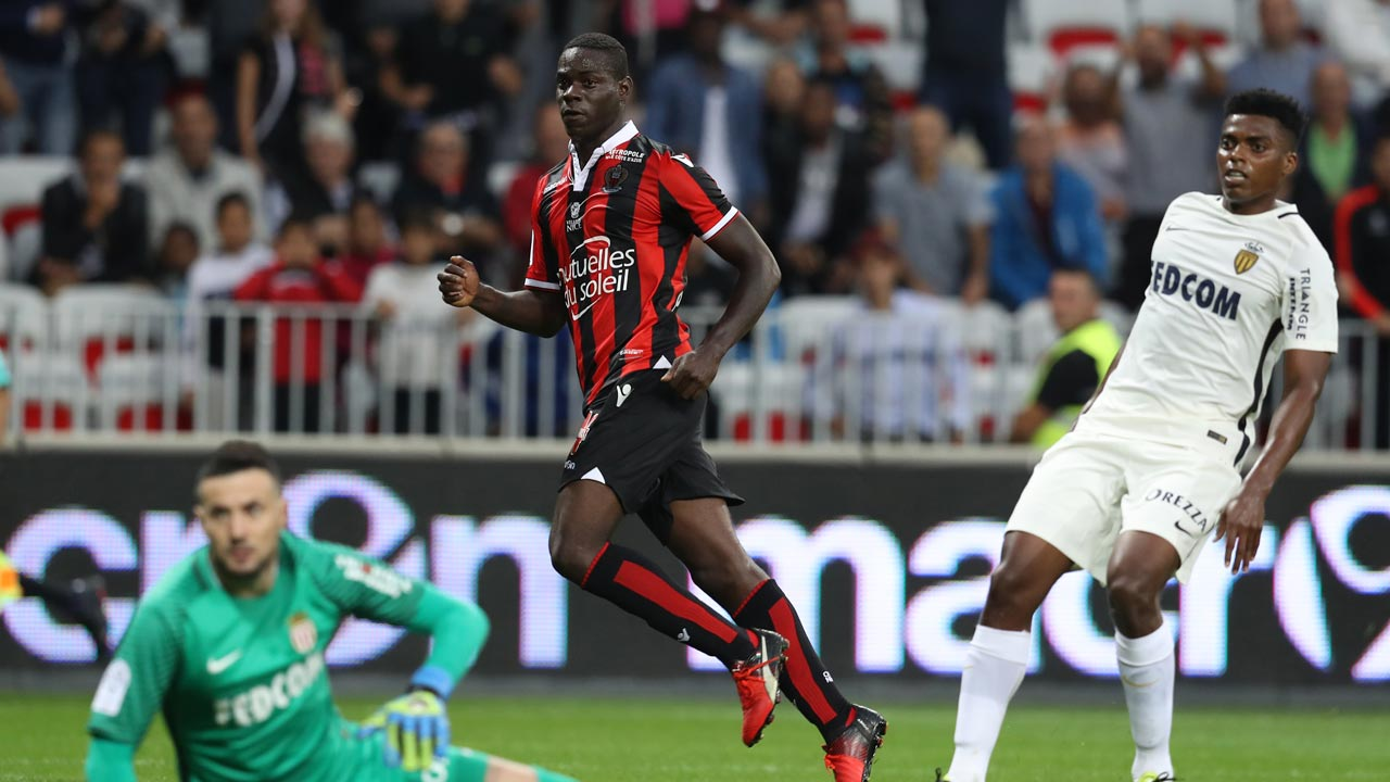 Nice's Italian forward Mario Balotelli (C) reacts after scoring a goal during the French L1 football match between Nice (OGCN) and Monaco (ASM) on September 21, 2016 at Allianz Riviera Stadium in Nice, southeastern France. VALERY HACHE / AFP