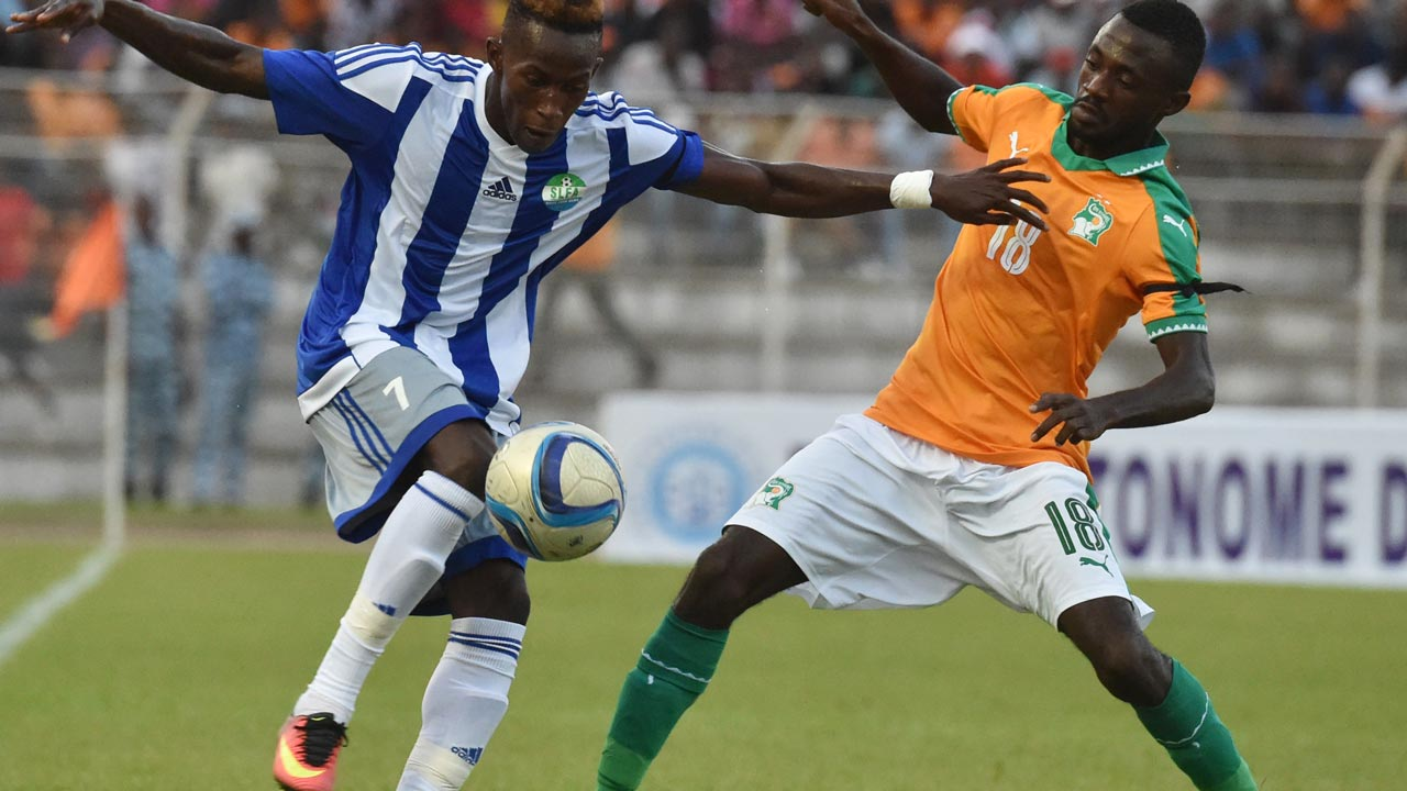 Ivory Coast's Marc Goua (R) fights for the ball with Sierra Leone's Kwame Guee (L) at the Stade de la Paix in Bouake on September 3, 2016 during the 2017 African Cup of Nations qualification football match between Ivory Coast and Sierra Leone. ISSOUF SANOGO / AFP