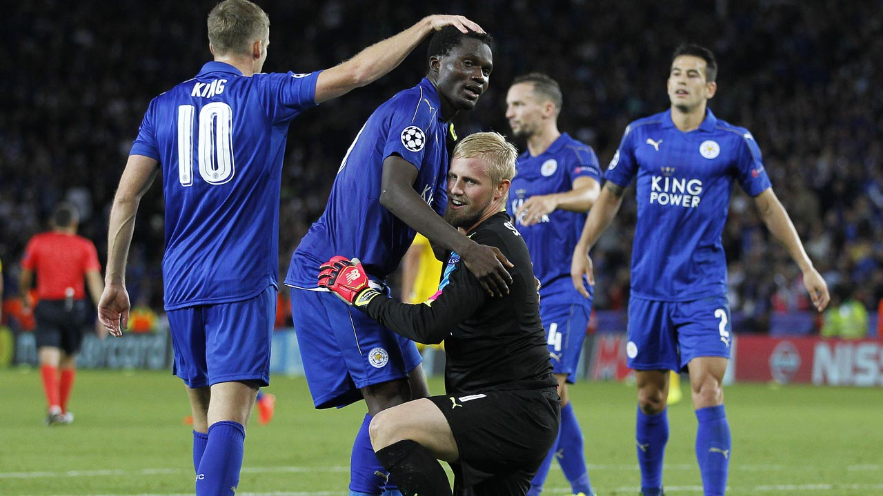 Leicester City's Danish goalkeeper Kasper Schmeichel (C) celebrates with teammates after the UEFA Champions League group G football match between Leicester City and Porto at the King Power Stadium in Leicester, central England on Septmeber 27, 2016. Leicester won the match 1-0. Ian Kington / AFP
