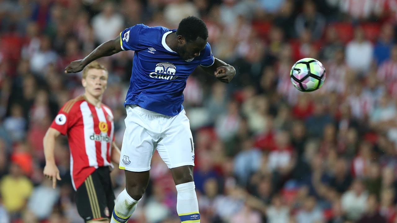 Everton's Belgian striker Romelu Lukaku scores his team's first goal during the English Premier League football match between Sunderland and Everton at the Stadium of Light in Sunderland, north-east England on September 12, 2016. PHOTO: SCOTT HEPPELL / AFP