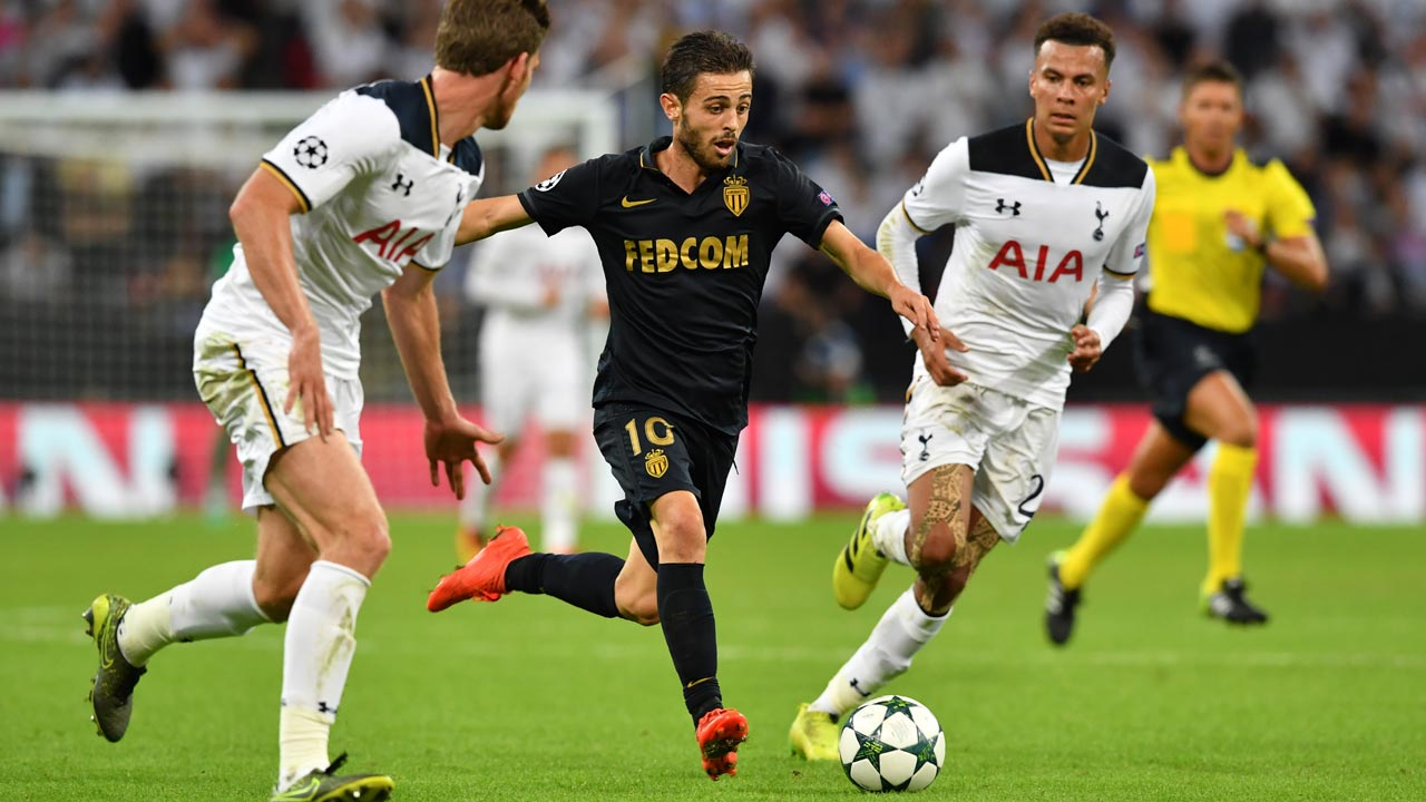 Monaco's Portuguese midfielder Bernardo Silva (C) runs past Tottenham Hotspur's English midfielder Dele Alli (R) during the UEFA Champions League group E football match between Tottenham Hotspur and Monaco at Wembley Stadium in north London on September 14, 2016. Ben STANSALL / AFP
