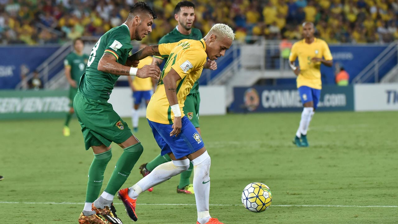 Brazil's Neymar (R) vies with Bolivia's Yasmani Duk during their Russia 2018 World Cup football qualifier match in Natal, Brazil, on October 6, 2016. Nelson ALMEIDA / AFP