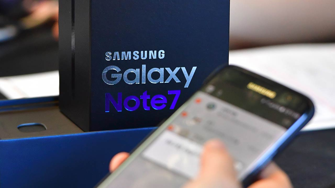 (FILES) A file photo taken on September 19, 2016 shows a Samsung Galaxy Note7 smartphone at a telecommunications shop in Seoul. Samsung Electronics has suspended production of its Galaxy Note 7 smartphone, a report said October 10, a month after a recall prompted by battery explosions and a day after two major overseas distributors halted replacements. JUNG YEON-JE / AFP