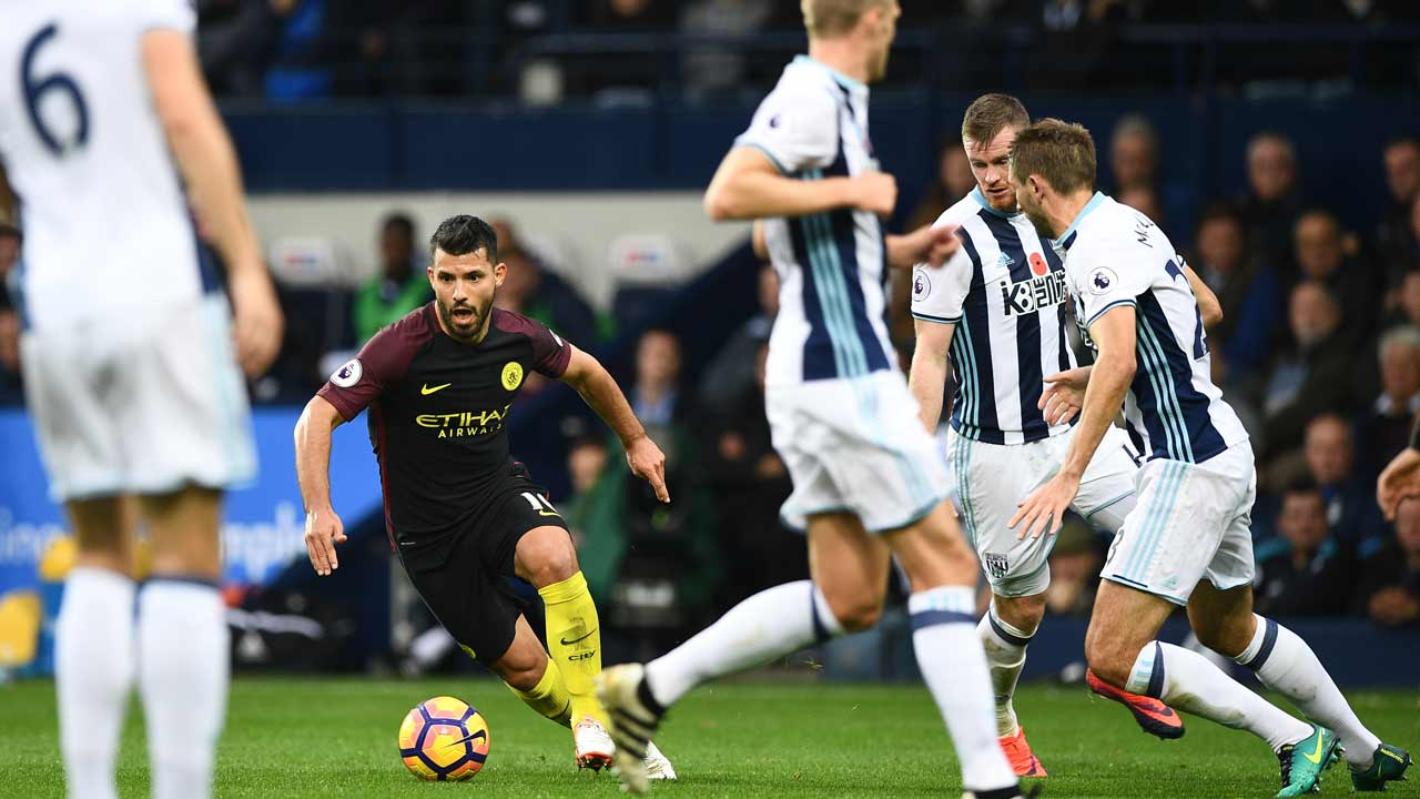 Manchester City's Argentinian striker Sergio Aguero (2nd L) takes on the West Brom defence during the English Premier League football match between West Bromwich Albion and Manchester City at The Hawthorns stadium in West Bromwich, central England, on October 29, 2016. PHOTO: Justin TALLIS / AFP