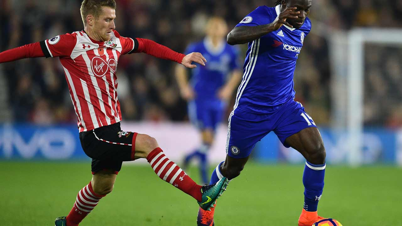 Chelsea's Nigerian midfielder Victor Moses (R) runs past Southampton's Northern Irish midfielder Steven Davis (L) during the English Premier League football match between Southampton and Chelsea at St Mary's Stadium in Southampton, southern England on October 30, 2016. PHOTO: GLYN KIRK / AFP