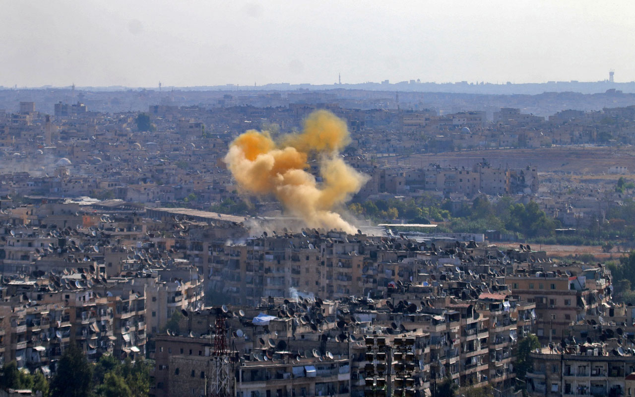 Smoke rises from reported opposition fire from buildings in an eastern government-held neighbourhood of the northern Syrian city of Aleppo on October 20, 2016 as clashes erupted in an area designated as a humanitarian corridor for civilians to leave the embattles city, an AFP journalist said, despite an announced pause in the Syrian army's Russian-backed offensive. / AFP PHOTO / GEORGE OURFALIAN
