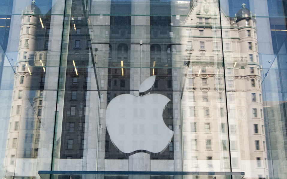 (FILES) This file photo taken on September 17, 2012 shows the Apple logo on the Apple store on 5th Avenue in New York.  Wall Street stocks jumped early October 10, 2016 with Apple gaining on news of more trouble with rival smartphone-maker Samsung and petroleum-linked shares advancing on higher oil prices. Apple rose 1.6 percent as Samsung Electronics acknowledged it was adjusting production of the Galaxy Note 7 smartphone due to reports that replacement units for devices with exploding lithium-ion batteries are also catching fire.  / AFP PHOTO / DON EMMERT